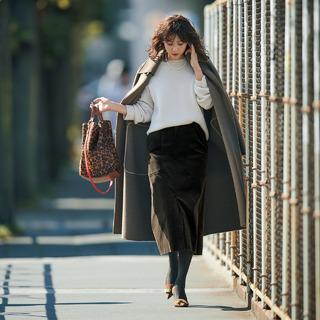 コーデュロイが熱い!コーデュロイのタイトスカートで一気に旬度と女らしさをアップ