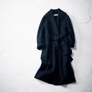 【富岡佳子 ファッションは私の生き方です。】「ロエベ」の黒ロングコートで自分らしい冬のスタイルを実現