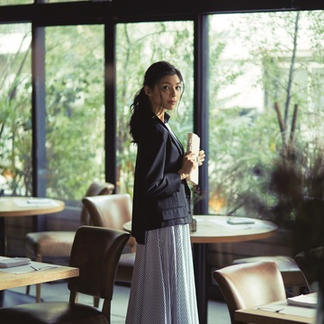 2. 今、話題のレストランへ。女らしいスカートにも合う優しい雰囲気のジャケットで