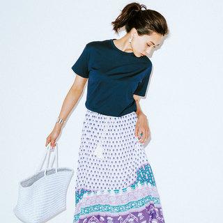 カジュアルになりすぎない!スカートに合う「コンパクトTシャツ」