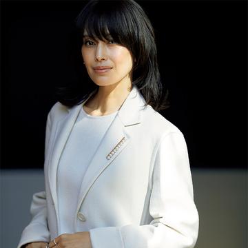 TASAKIの「パールブローチ」でコートの胸もとにインパクトを【働く女性のブローチ術】