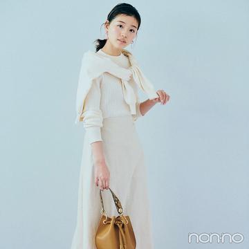 オールホワイトコーデは肩掛けカーデで小粋な雰囲気に【毎日コーデ】