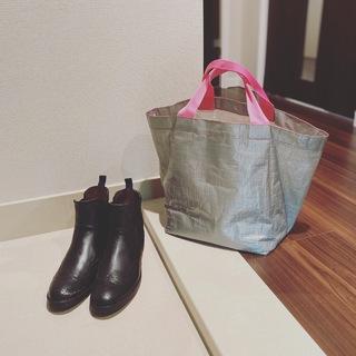 雨の日の足元、バッグ。