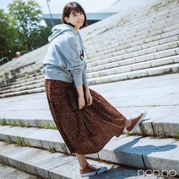 渡邉理佐はロングスカートとスニーカーのリンクコーデで技あり【毎日コーデ】