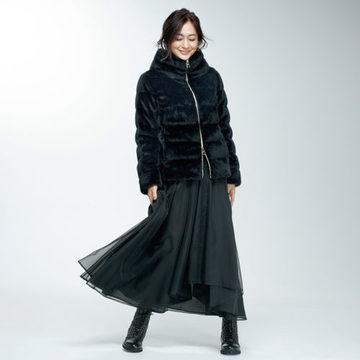 富岡佳子さんが着こなす「HERNO」のエコファーショート丈ダウン