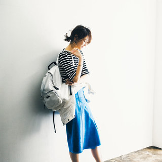 <スタイリスト福田麻琴さんはブルーのタイトスカート>