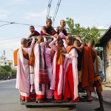 <ミャンマーの旅>マンダレー信仰の要、マハムニ仏に手を合わせる(マンダレー①)
