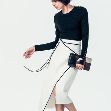 3. ときには凛々しく。ブラック&ホワイトのコンシャスなスカート