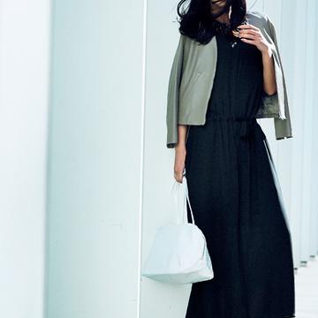 4. ブラックはさらりとエアリーなシルクで。軽やかに小気味よく着たい