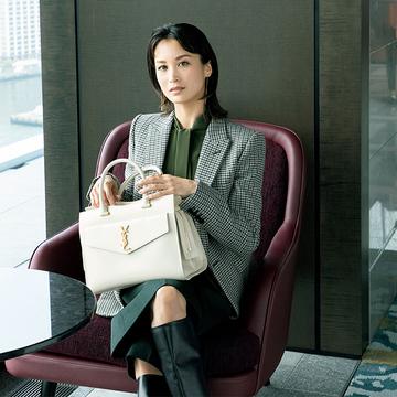 きちんと感を出しながら機能性も充実!「サンローラン」の白バッグ