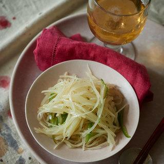 シードルの爽やかな酸味がすっぱいジャガイモ炒めに絶妙マッチ【平野由希子のおつまみレシピ #62】