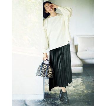 女らしさと旬を楽しめる「SACRA」のプルオーバー&エコレザースカート