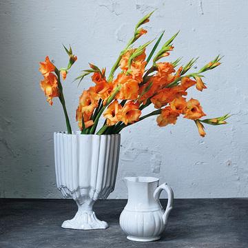 花が少なくても生けやすい!モダンで落ち着きのある花器【存在感のある花器】