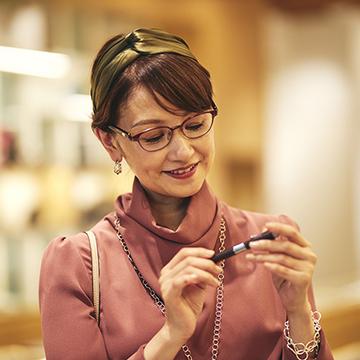 テクノロジーをファッションに取り入れることが大人のおしゃれに。人気スタイリスト 亘つぐみが提案。次世代アイウェア「タッチフォーカス®」で作る洗練コーディネート