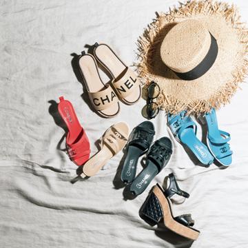 大人の装いに上品なインパクトを添える「シャネル」のサンダル【大人な夏を連れてくる「いいサンダル」】