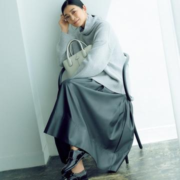 ゆったりニット+光沢感のある薄手マキシスカートで装いをレベルアップ【秋の品格ワンツーコーデ】