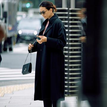 都会的なローデンコートでモダンなたたずまいに【黒のitコートコーデ3】