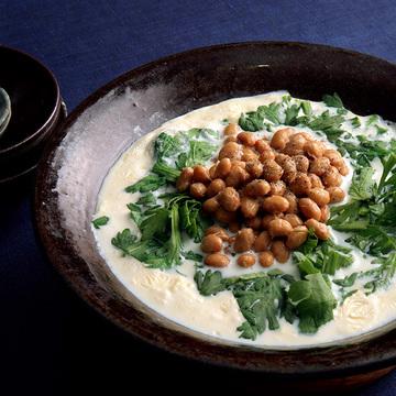 大豆三兄弟で栄養たっぷり!「納豆と春菊の豆乳鍋」のレシピ【ウー・ウェンさんの「発酵鍋」】