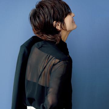 【大人女性のブラックコーデ】透け感が今っぽい<トランスペアレント・ブラック>のシルクシャツでおしゃれ度UP!