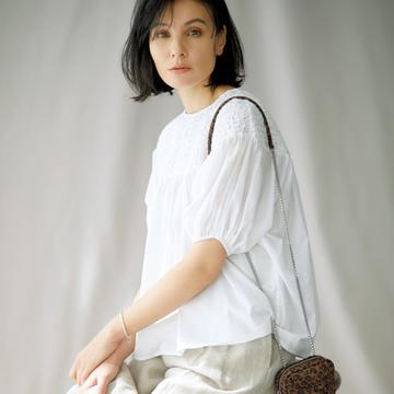 フロントコンシャスな白ブラウスで表情をぐっと優雅に【瞬間着映え服でおしゃれに】