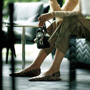 「ディオール」の女顔フラットシューズは大人のレオパード柄で【格上げフラット靴】