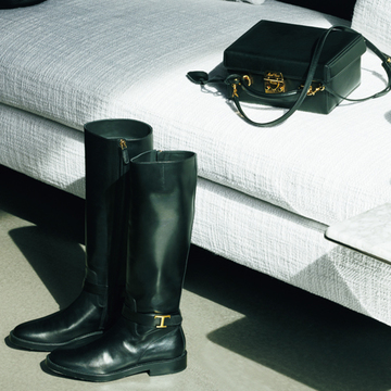 スクエアバッグ×ロングブーツで品格のある装いを演出【黒の靴&バッグ】