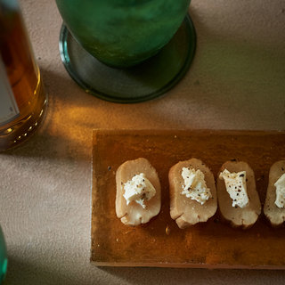 のせるだけ!燻製の香りとクリーミーなチーズがハイボールにぴったり【平野由希子のおつまみレシピ #68】
