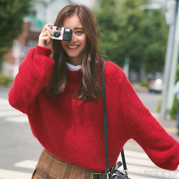 新木優子は赤ニット×チェックのスカートでハッピー感を倍増!【毎日コーデ】