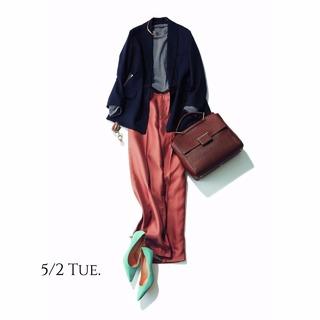 ゆるやかなAラインシルエットがジャケットコーデをぐっと女性らしく