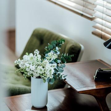 3.温かみのある陶器に白い花とグリーンの鉄板コンビ