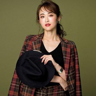 マニッシュな服に新色コスメを合わせて、最高にフェミニンな秋メイクはいかが?