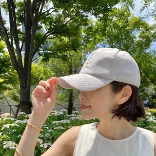 淡色のキャップで初夏を感じる。