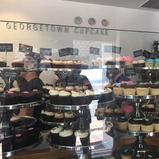 行列の出来るカップケーキ店