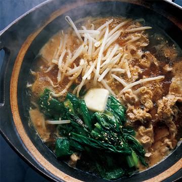 締めはラーメンに! 焼き小松菜と豚バラの味噌バター鍋【絶品鍋レシピ28days】