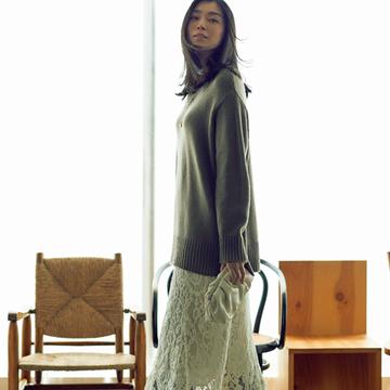 ゆったりニット+レースのマキシスカートで装いを表情豊かに盛り上げて【秋の品格ワンツーコーデ】