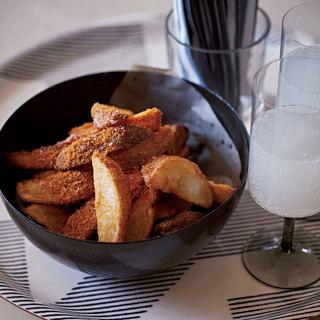 うまみパウダーをたっぷりかけたフライドポテトと日本酒スパークリングが合う!【平野由希子のおつまみレシピ #72】