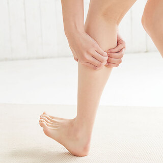 マッサージでほぐして滞った血流を促しつつ、ふくらはぎから足首をキュッと引き締め!【美脚レッスン】| 40代ヘルスケア