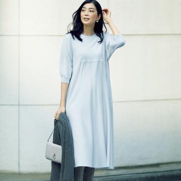 白系ワンピース+ロングブーツで装いに奥行きを感じさせて【秋の品格ワンツーコーデ】