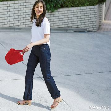 新木優子は白Tシャツ&デニムに赤を効かせて夏を満喫!【毎日コーデ】