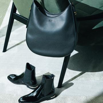 ショルダーバッグ×パテントサイドゴアブーツで新鮮な印象に【黒の靴&バッグ】