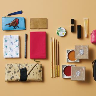 """資生堂のパッケージデザインも手掛ける日本画家・大竹彩奈さんは、和の""""粋""""を感じるアイテムを愛用!【働く女のバッグの中身】"""