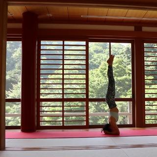 お寺での座禅とヨガ
