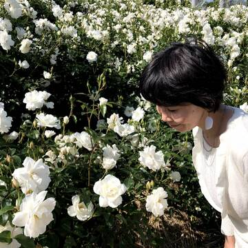 花びらをイメージしたシンプルなファッションでばら園へ