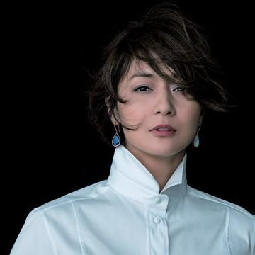 富岡佳子がまとう「白シャツにゴールドのジュエリー」 五選