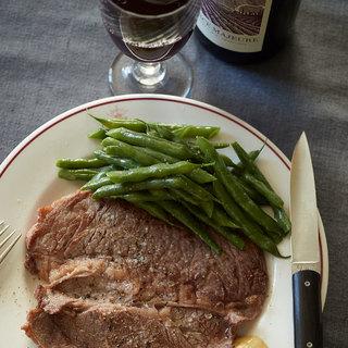 ナチュラルな南アフリカワインとシンプルな赤身肉のステーキは好相性!【平野由希子のおつまみレシピ #79】