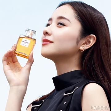 【シャネル N°5】フレグランスの歴史を変えた、特別な香りにまつわる伝説