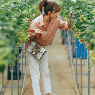 コンサバになりすぎない「白テーパードデニム」を着まわし