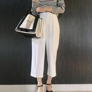 シンプルとおしゃれの強い味方!「白」のきれいめワイドパンツ