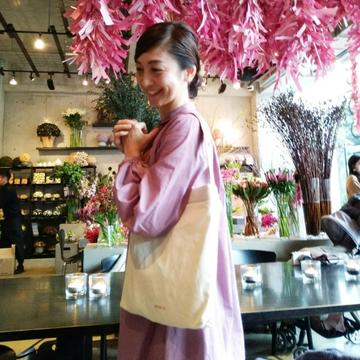 大人のワンハンドルBAGで、花屋カフェ in 表参道