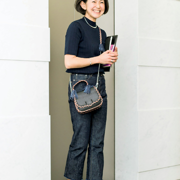 3.デニム×半袖ニット、素材の妙で奥行きをつくる濃色ワントーン